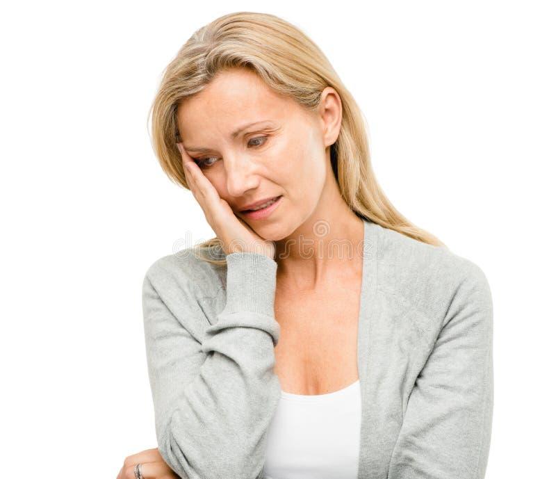 Зрелая женщина потревожилась о будущем изолированная на белом backgrou стоковая фотография