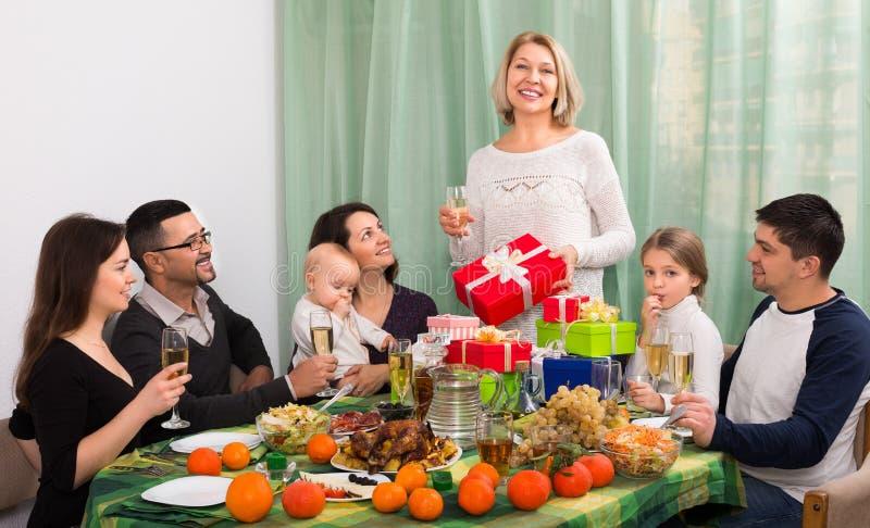 Зрелая женщина празднуя юбилей на таблице стоковое изображение rf