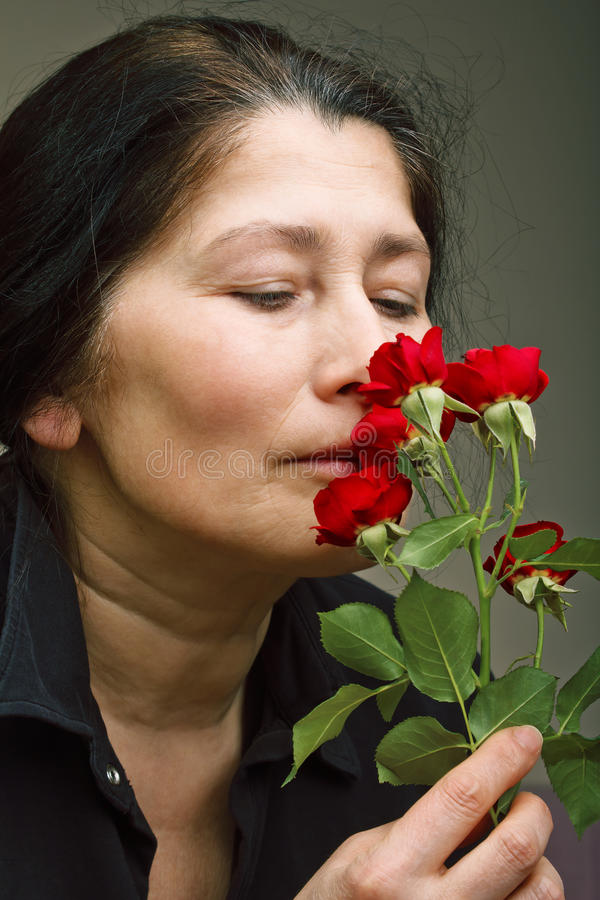 Зрелая женщина с розами стоковое изображение rf