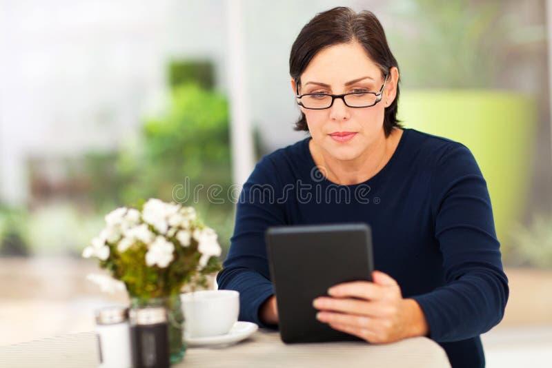 Зрелая таблетка женщины стоковое изображение