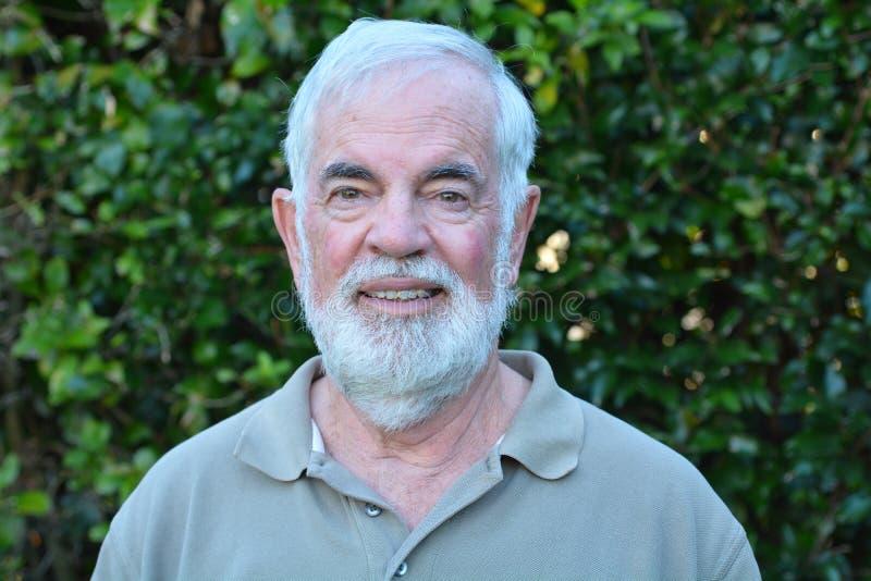 Зрелая улыбка человека на камере стоковые изображения rf