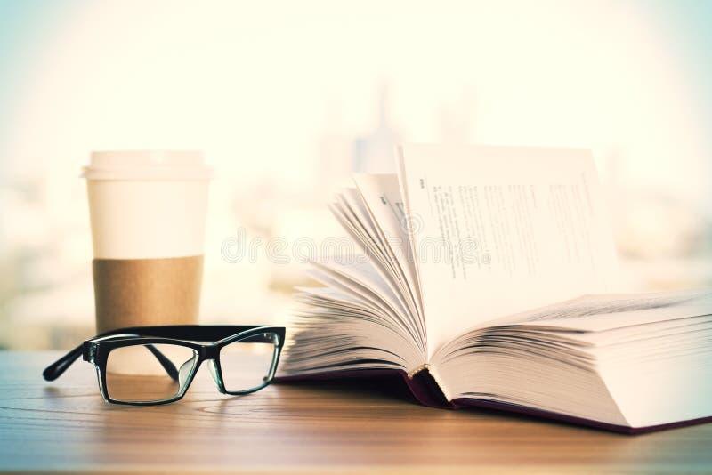 Зрелища, кофе и книга стоковые изображения