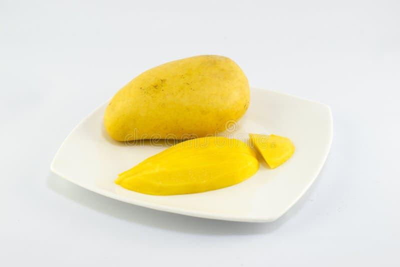 Зрелое золотое mangoe на белой предпосылке стоковое фото