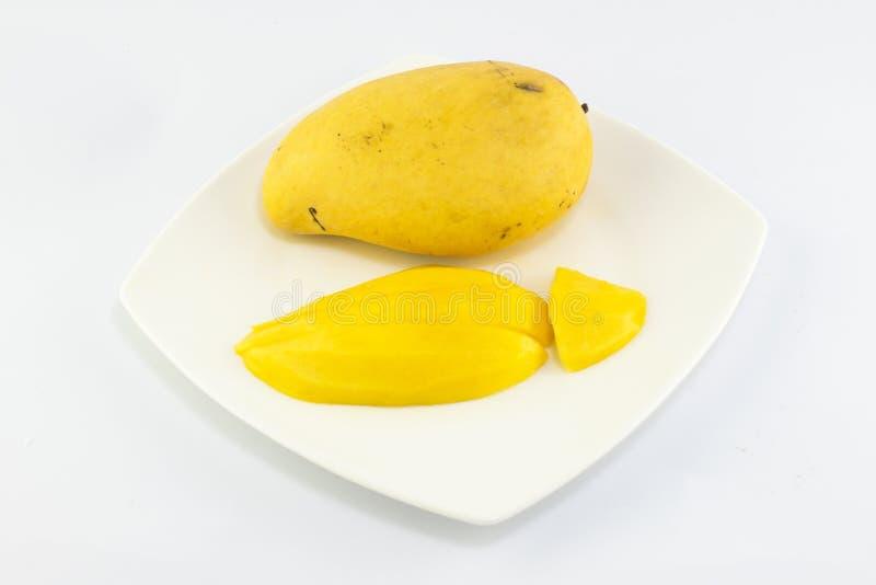 Зрелое золотое mangoe на белой предпосылке стоковые изображения