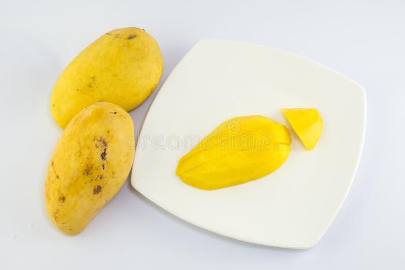 Зрелое золотое mangoe на белой предпосылке стоковые изображения rf