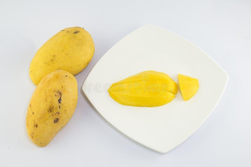 Зрелое золотое mangoe на белой предпосылке стоковая фотография