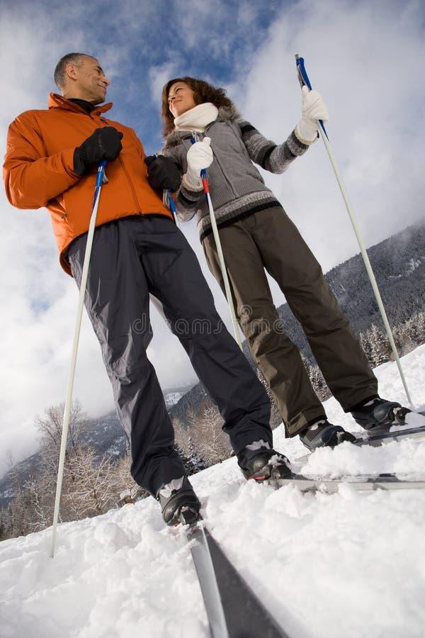 Зрелое катание на лыжах пар стоковые изображения rf