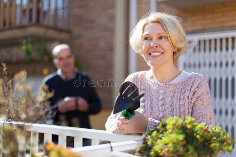 Зрелое cuople говоря на balcon стоковое изображение rf