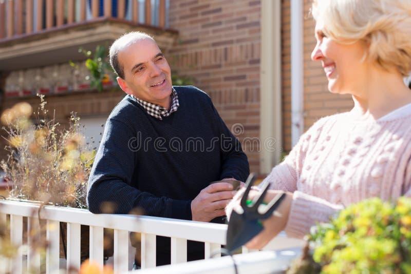 Зрелое cuople говоря на balcon стоковое изображение