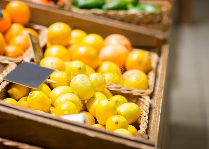 Зрелые лимоны на продовольственном рынке стоковые изображения rf