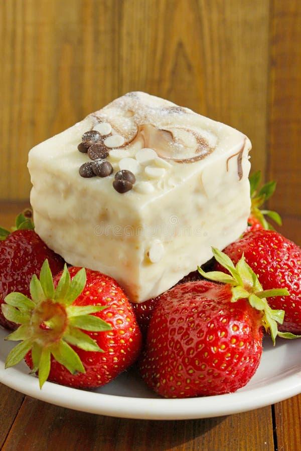 Зрелые красные клубники и сладостный торт стоковая фотография