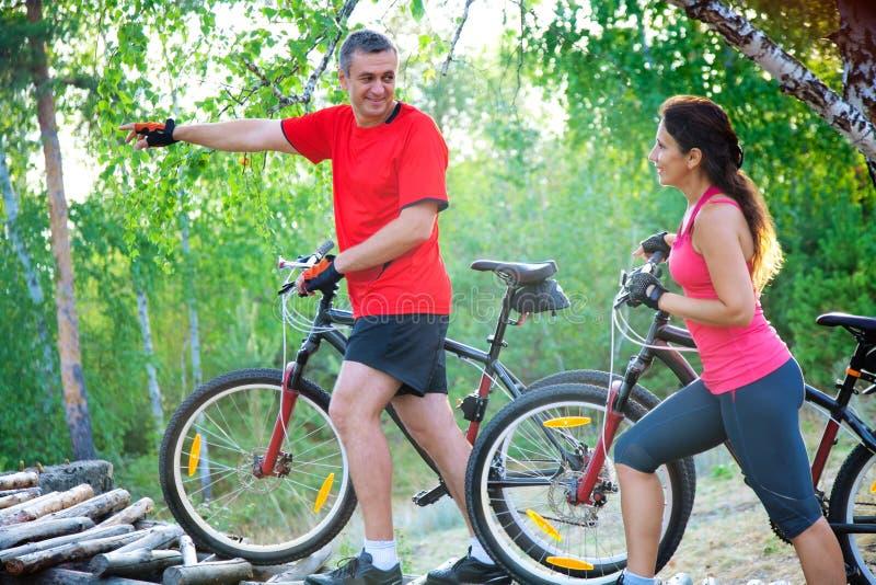 Зрелые пары на велосипеде стоковые фотографии rf