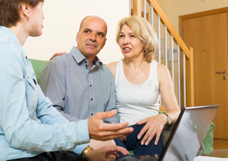 Зрелые пары обсуждая для агента или работника стоковая фотография