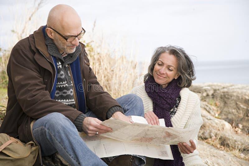 Зрелые пары смотря карту стоковые изображения rf