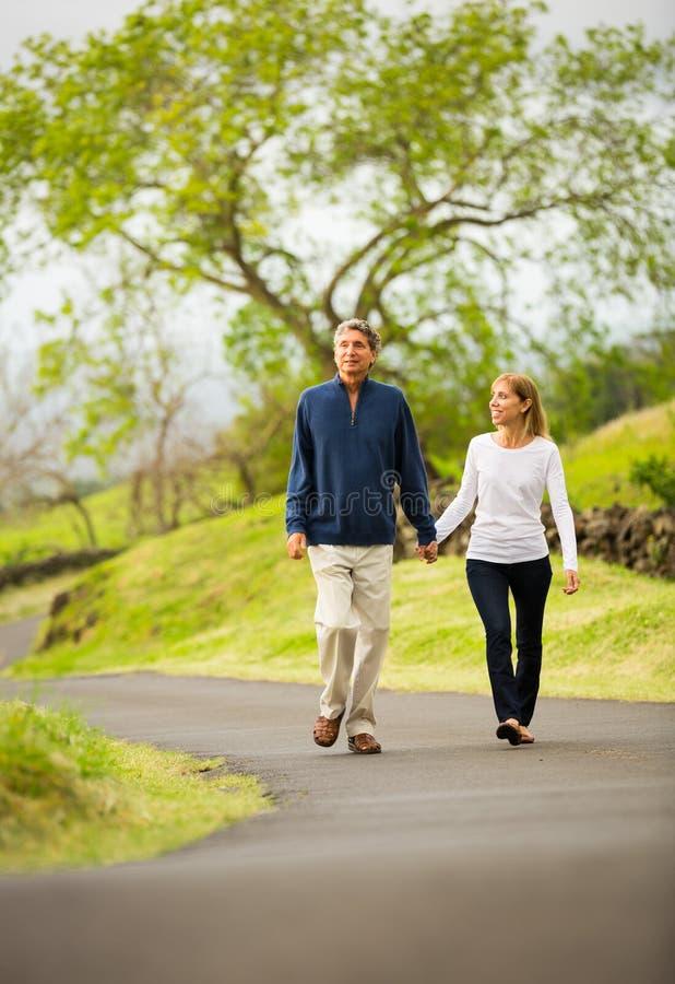 Зрелые пары среднего возраста в идти влюбленности стоковая фотография rf