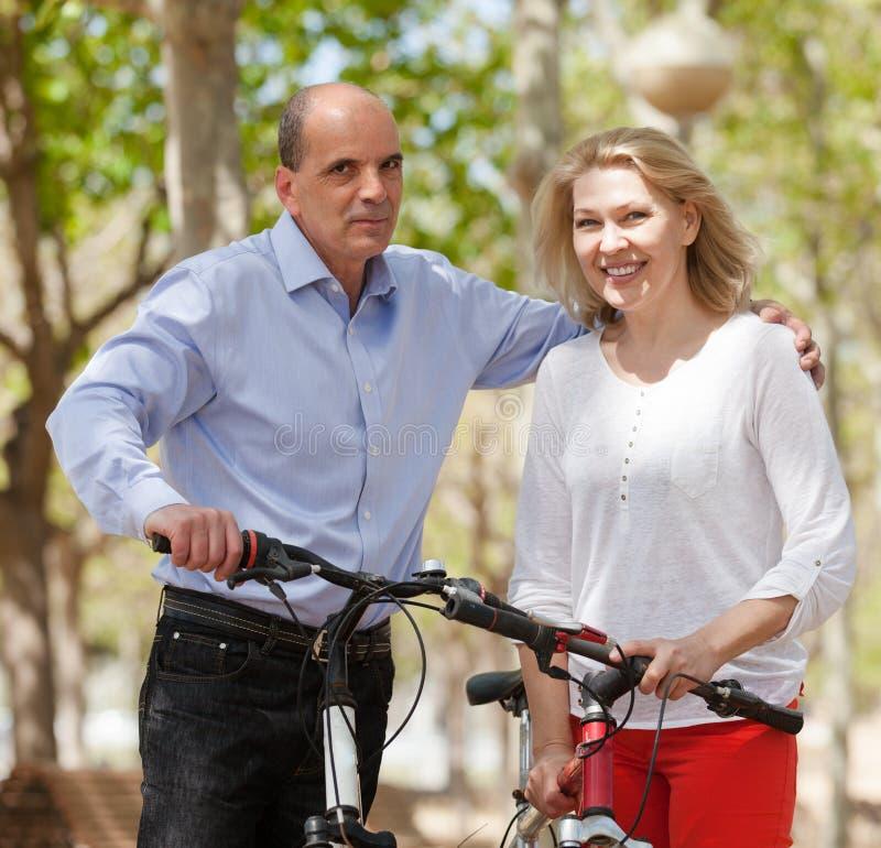 Зрелые пары с велосипедами стоковое изображение