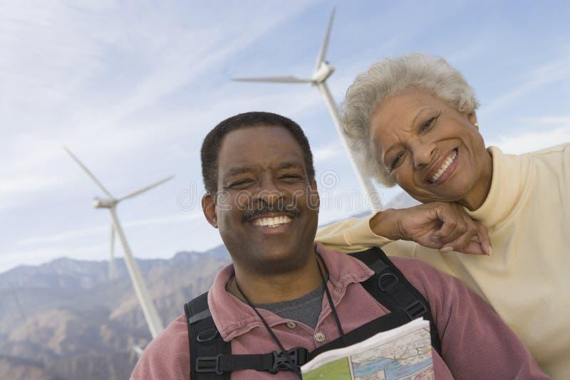 Зрелые пары с картой ветровой электростанцией стоковое изображение