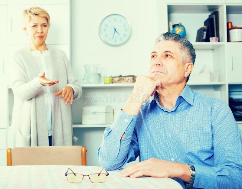 Зрелые пары узнают отношение стоковые фотографии rf