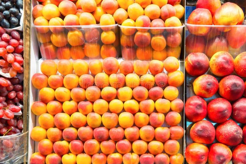 Зрелые персики в коробках стоковое фото rf