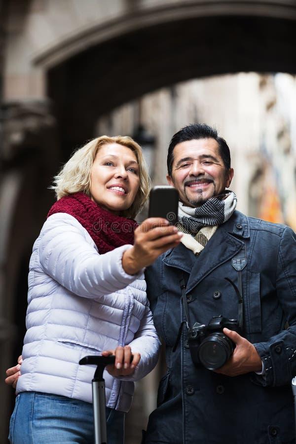 Зрелые путешественники делая selfie стоковое фото rf