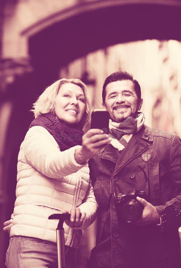 Зрелые путешественники делая selfie стоковая фотография rf