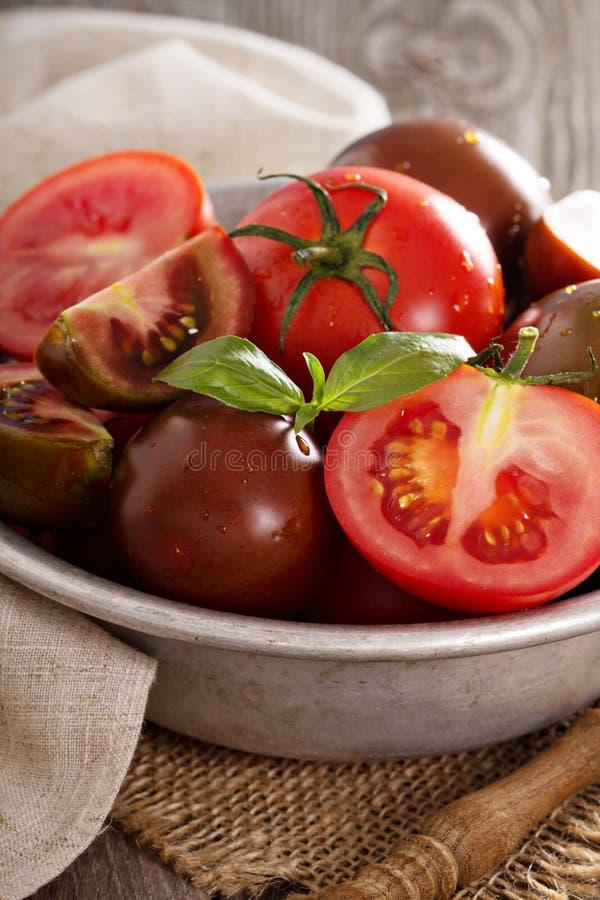 Зрелые свежие томаты в шаре стоковое фото rf
