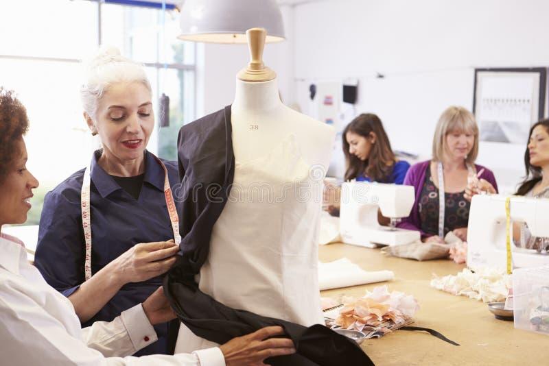 Зрелые студенты изучая моду и дизайн стоковые изображения rf