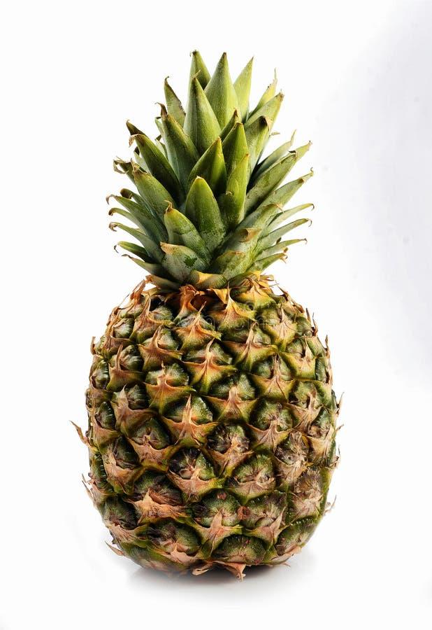 Зрелый ананас тропический плодоовощ на белой предпосылке стоковая фотография