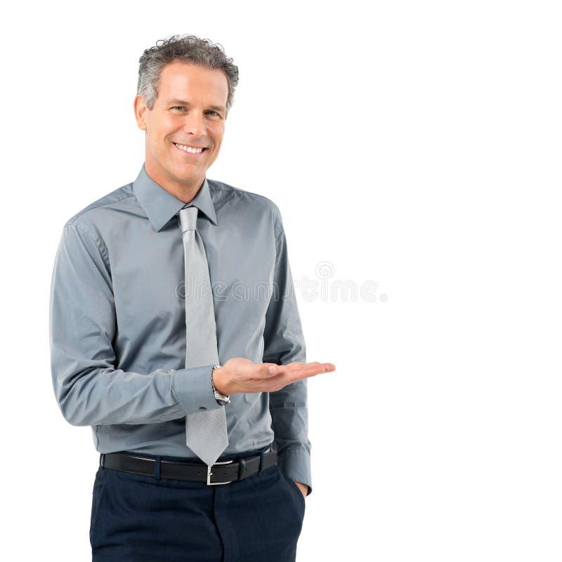 Зрелый бизнесмен давая представление стоковое изображение rf