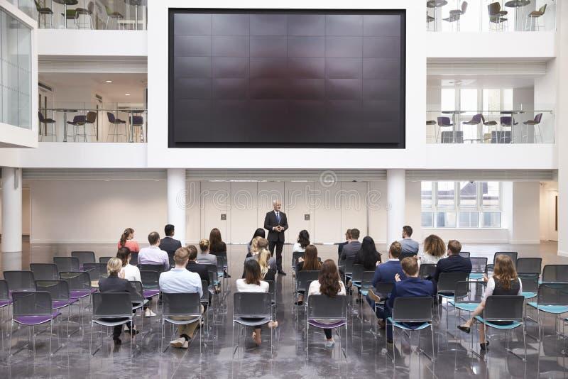 Зрелый бизнесмен делая представление на конференции стоковое изображение