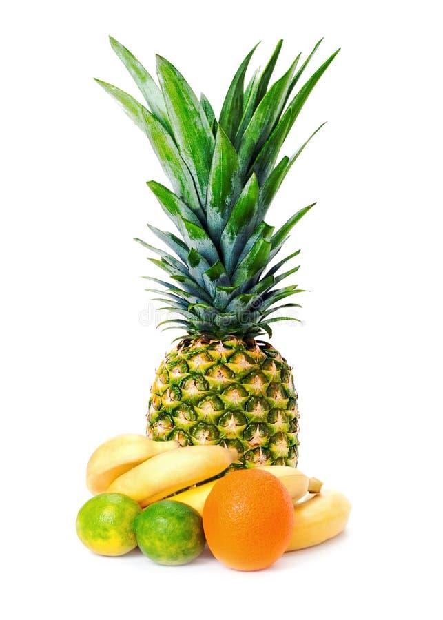 Download Зрелый весь ананас с ананасом, бананами, известками и апельсином Стоковое Изображение - изображение насчитывающей здорово, экзотическо: 81814111