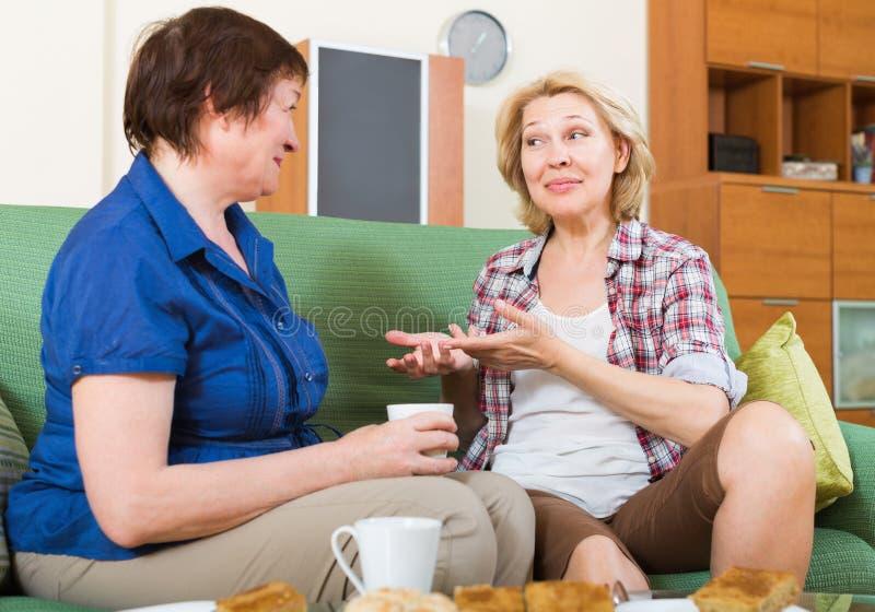 Download Зрелый женский выпивая чай 2 Стоковое Фото - изображение насчитывающей агенства, кофе: 81800244