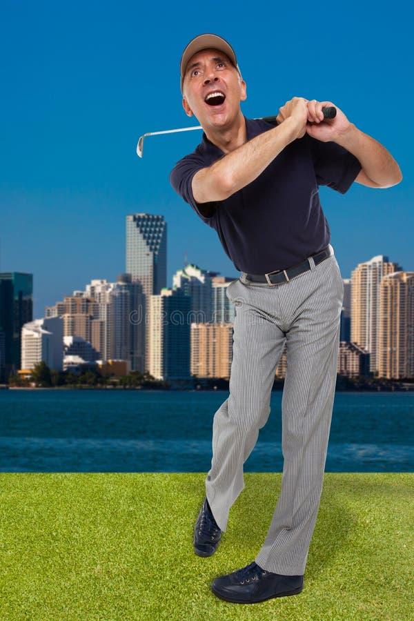 Зрелый игрок в гольф отбрасывая его гольф-клуб стоковые изображения rf