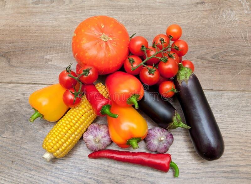 Зрелый конец-вверх овощей на деревянной предпосылке стоковое изображение