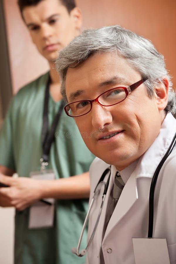 Зрелый мужской доктор стоковое фото