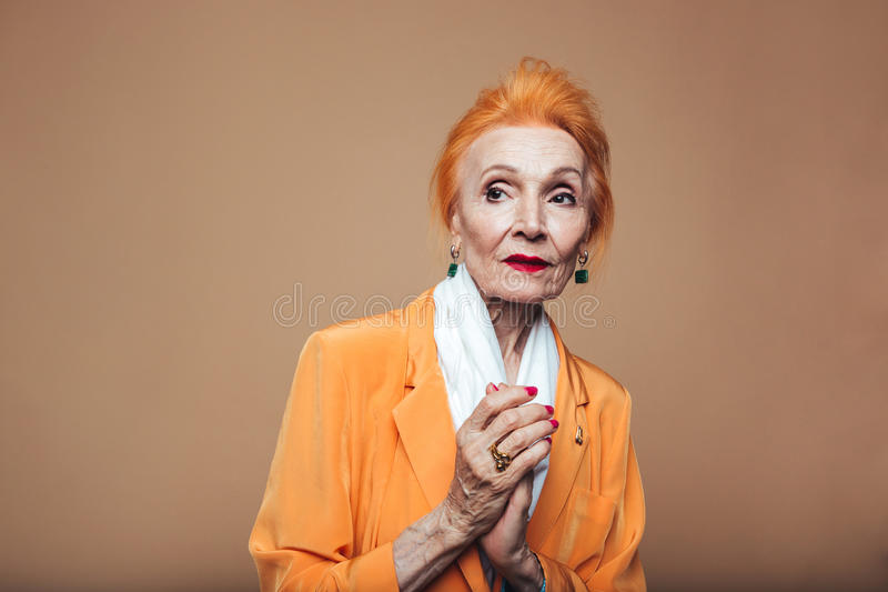 Зрелый представлять женщины моды redhead в сторону смотрящ стоковая фотография rf