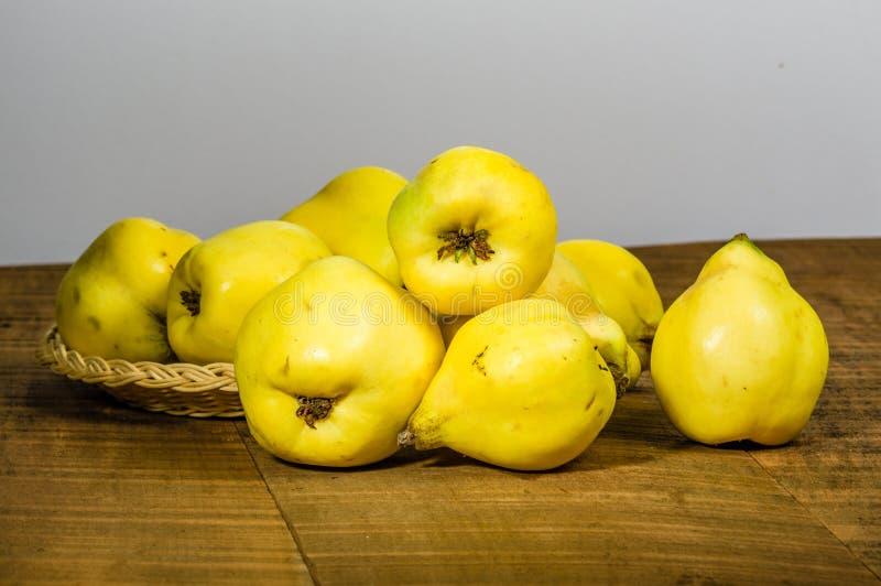 Зрелый плодоовощ айвы на деревянном столе стоковое фото rf