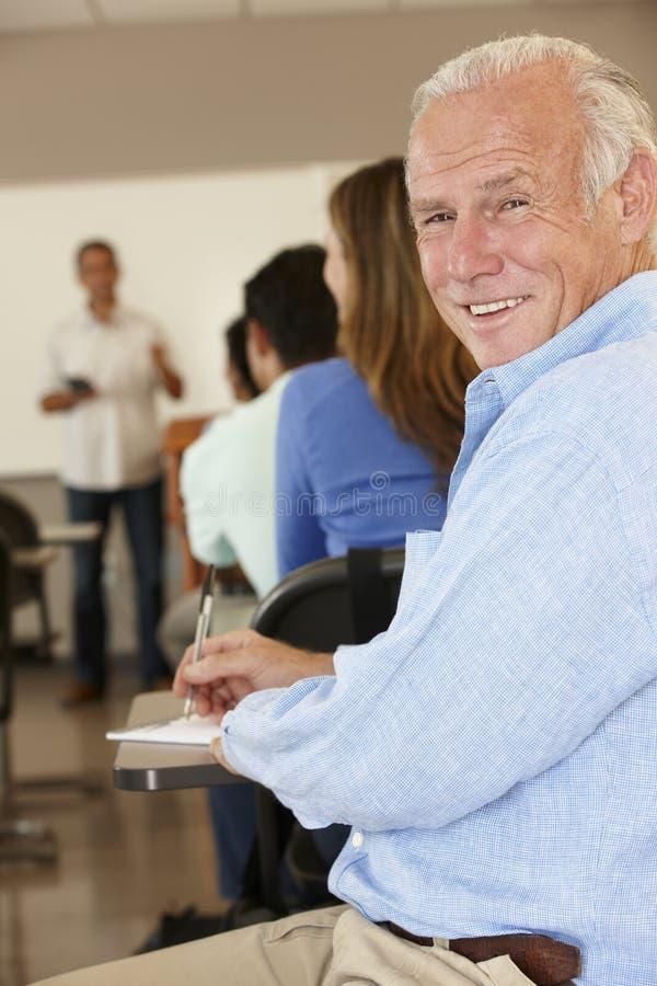 Зрелый студент в классе стоковое фото rf