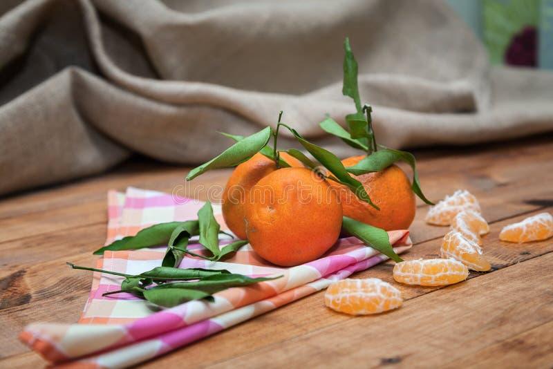 Зрелый сладостный tangerine с листьями стоковое фото