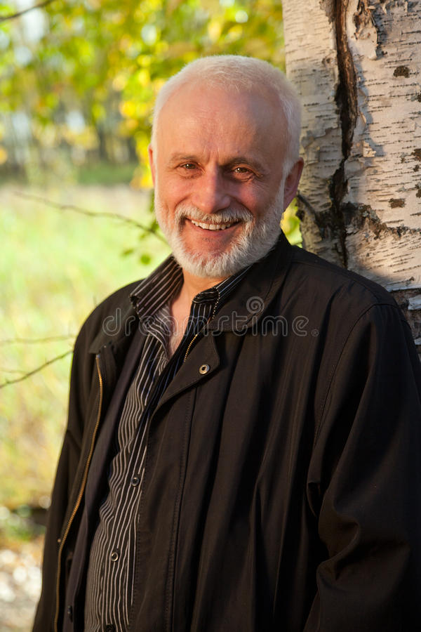 Зрелый человек в лесе стоковое фото