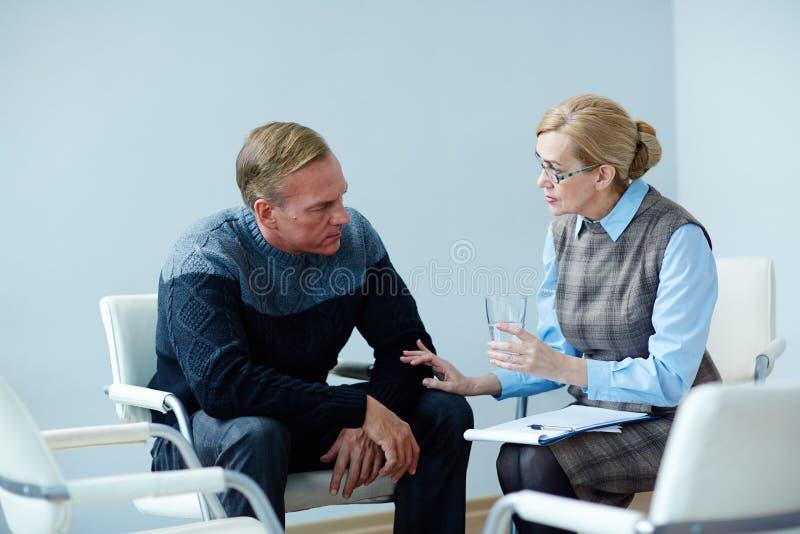 Зрелый человек ища психологическую помощь стоковое фото