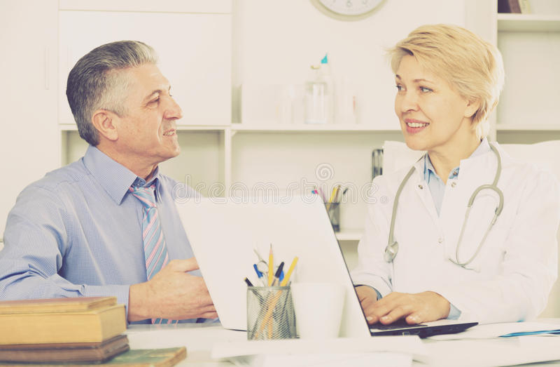 Зрелый человек навещает доктор стоковая фотография