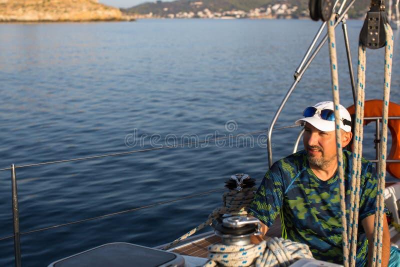 Зрелый человек на шлюпке яхты плавания в море Спорт стоковые фото