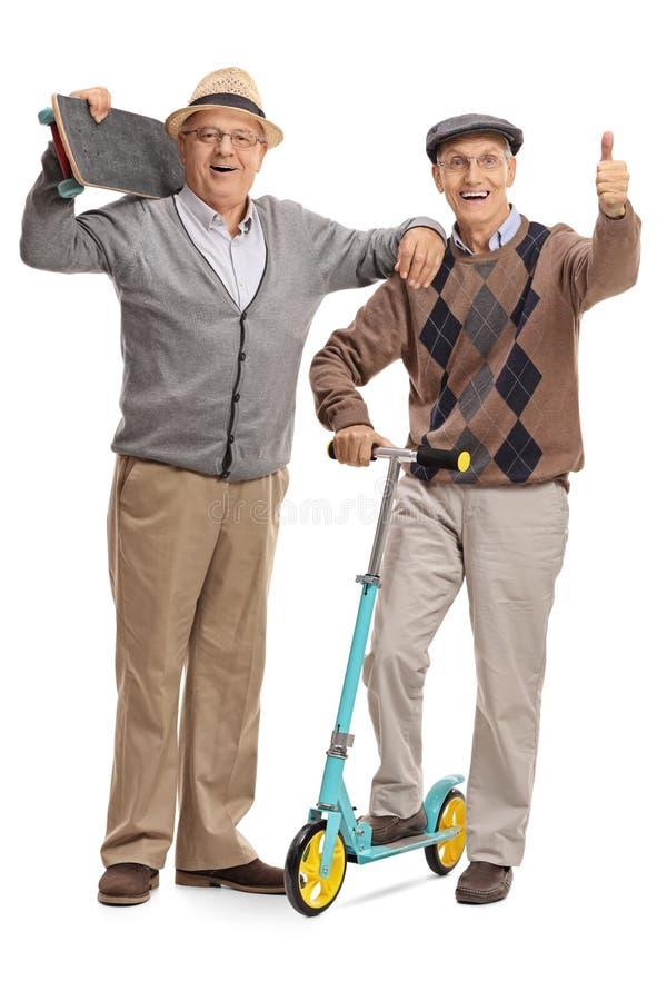 Зрелый человек с скейтбордом и человек давая большой палец руки вверх стоковые фото