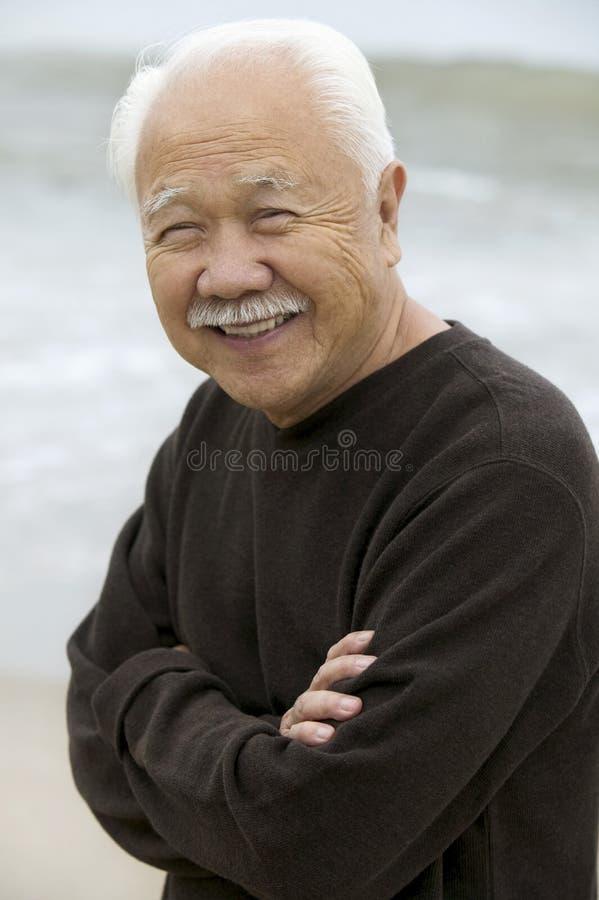 Зрелый человек усмехаясь outdoors (портрет) стоковое изображение