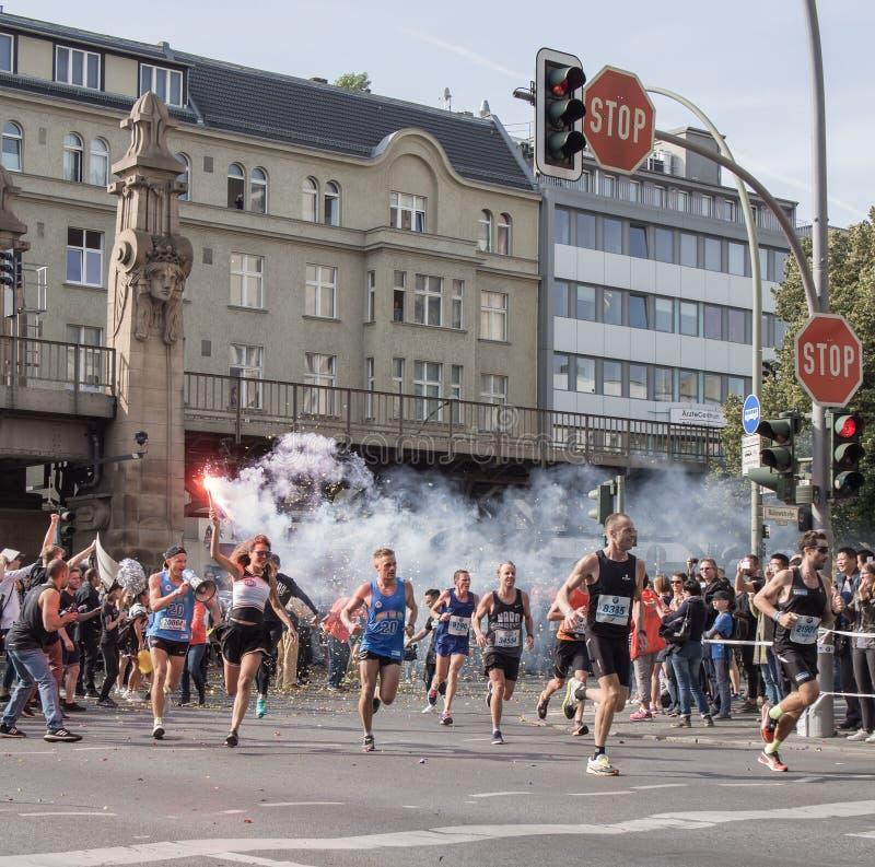 Зритель с факелом и бегуны на марафоне 2016 Берлина стоковые фотографии rf