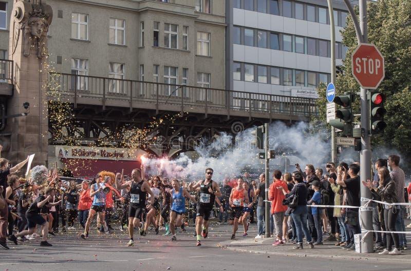 Зритель с факелом и бегуны на марафоне 2016 Берлина стоковое фото rf
