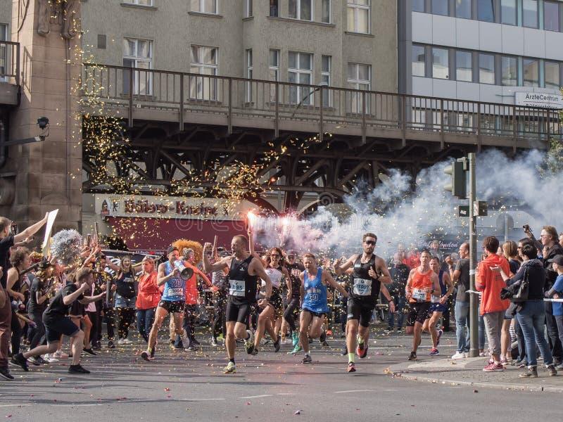 Зритель с факелом и бегуны на марафоне 2016 Берлина стоковая фотография rf