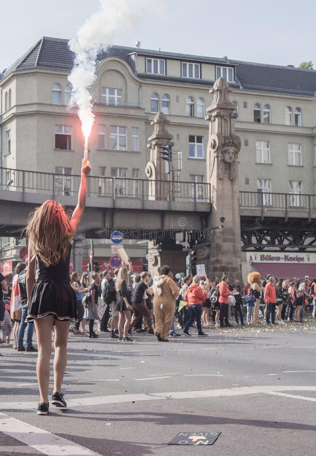 Зритель с факелом на марафоне 2016 Берлина стоковые изображения rf