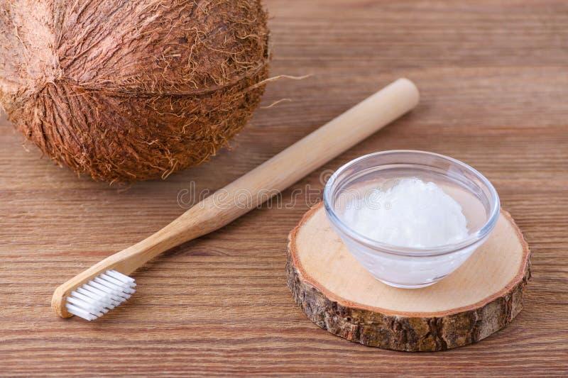 Зубная паста кокосового масла, естественная альтернатива для здоровых зубов, деревянная зубная щетка стоковое фото rf